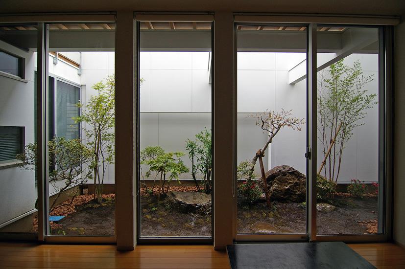 シンプルな洋風テイストの家に日本庭園の要素を取り入れて、和モダンの空間にしつらえた坪庭