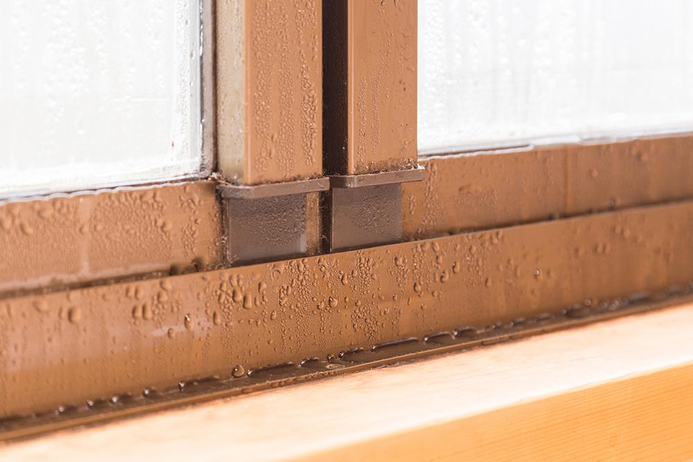 結露した窓とサッシ