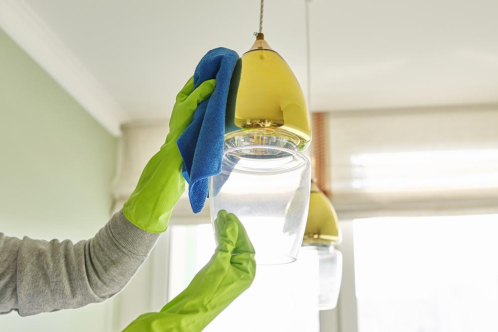 雑巾で照明の傘を掃除する光景