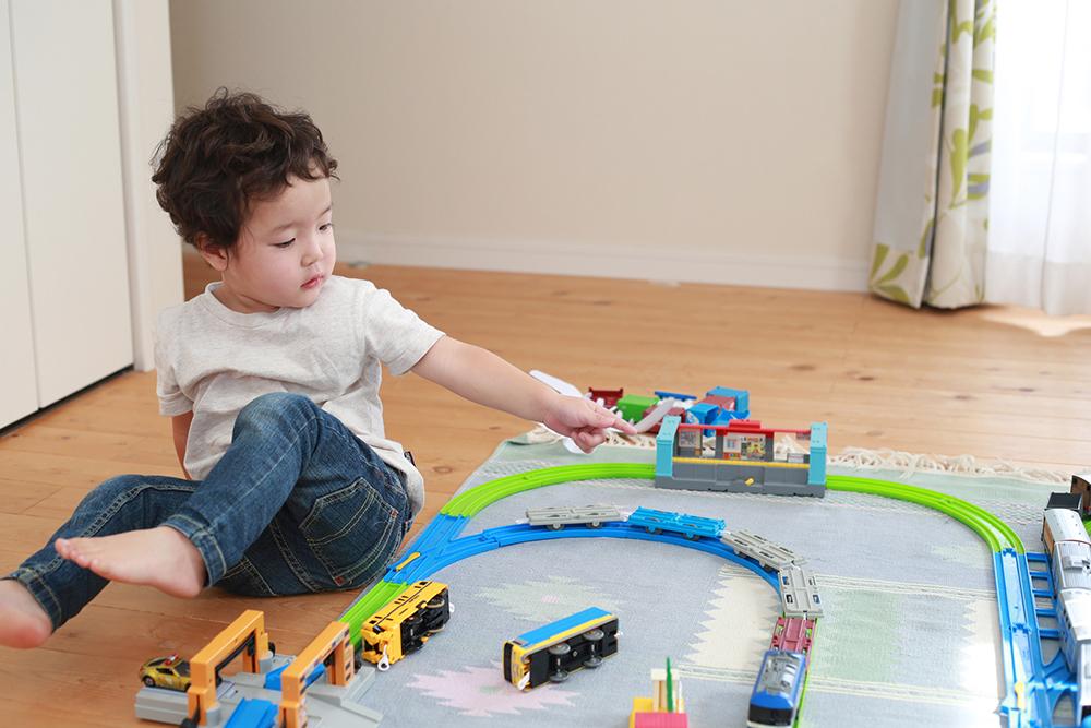 子供部屋でおもちゃを広げて遊ぶイメージ