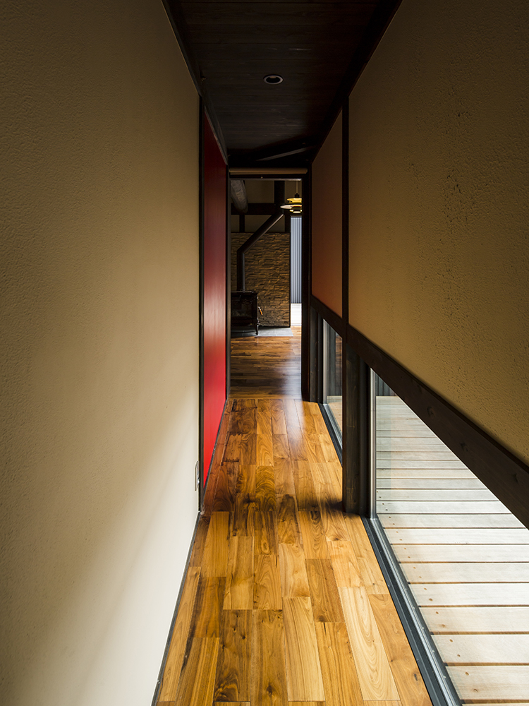 凹凸した壁面に陰影がつき、シャープな印象にのジョリパットの内観事例