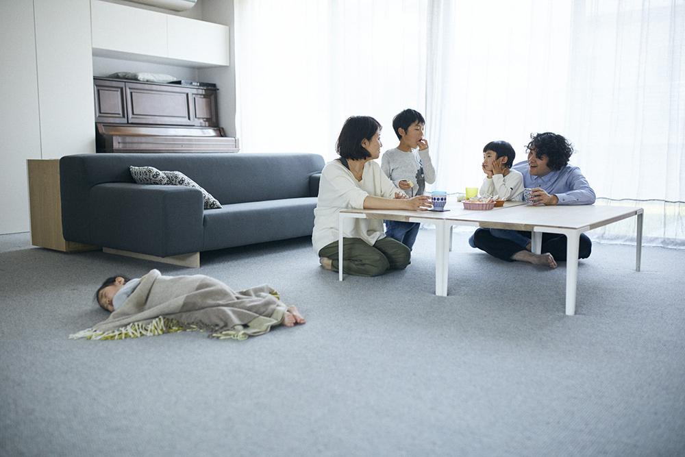 堀田さんの自宅、カーペット敷きのリビング