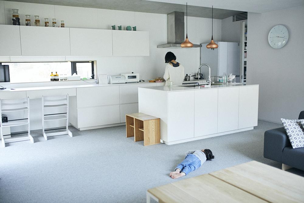 床全面にカーペットを敷き込んだ堀田さんの自宅