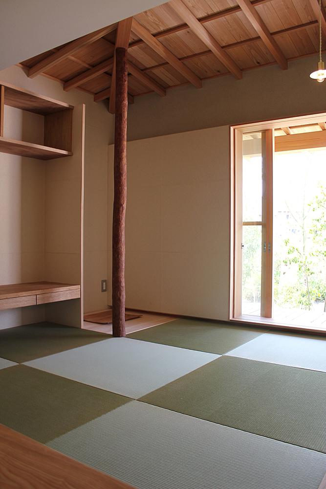1色の畳で市松敷きをした和室