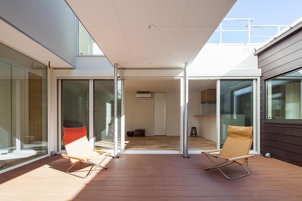 家3棟の中央に配置されたインナーテラス