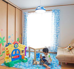 2Fの子ども部屋は、おもちゃを置き、クローゼットにはシールを貼って、子どもが楽しめる空間に。