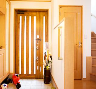 木のぬくもりを感じる明るい玄関。子供の大好きな玩具もそこかしこに。