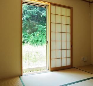 白を基調にした清潔感あるキッチン。収納もたっぷりで以前より家事がラクになったそう。