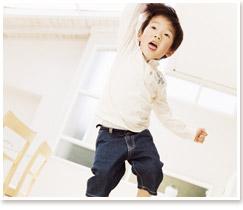 子どもはじっとしていられない(イメージ)