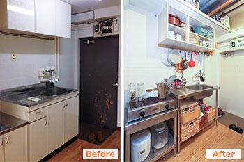 (左・Before)元は一人暮らし向きの賃貸アパートでよく見るキッチン/(右・After)ステンレス製の業務用の流し台やコンロを設置。天井パネルを残した部分は収納スペースとして活用