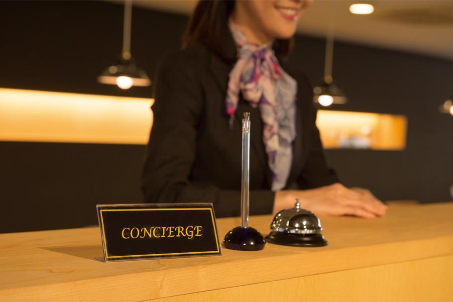 グランドエントランス内には、コンシェルジュカウンターを用意。クリーニングの取次ぎをはじめ、様々なサービスが提供されます※サービス例:宅配取次、フラワーギフト発送手配、タクシー手配、配食サービス、メンテナンス商品販売(フロントコンシェルジュ/イメージ写真)
