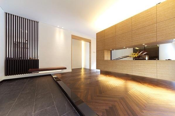 「エアロテック」なら玄関ホールも快適空間。たたきスペースを広くとりちょっとした接客スペースを設ければ、突然のお客様の来訪にも便利。ご近所とのコミュニケーションの場にもなる