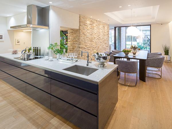 大人数でのホームパーティーにも対応できるオープンキッチン。料理や片付けも家族が自然と手伝ったり、コミュニケーションが生まれる。「エアロテック」なら気になる料理のにおいも、自然換気とくらべて約1/3の時間で気にならなくなる
