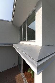 「ロングサポート50」の保証対象は、建物の構造耐力性能と屋外・外壁などからの雨水の浸入防止など。耐久性の高い部材を標準仕様としている同社ならではの信頼の長期保証システムにより、建物はもちろん、家族の暮らしを末永く見守っていくのである