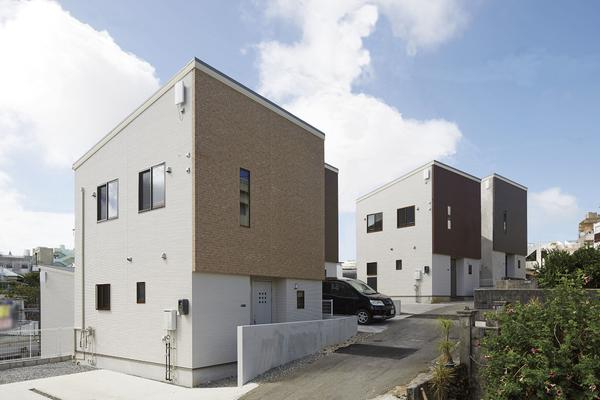 福岡に建つ「6186HOUSE」の建築実例。白い外壁が清々しく、青空に映える