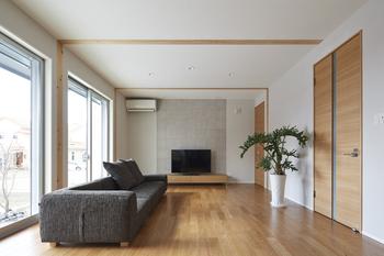 床、ドア、柱、梁など木心地たっぷりのインテリアに、自然素材の壁やエコカラットをあわせたオープンリビング。家族が心から癒される憩いの空間に