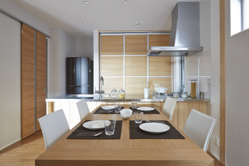 ダイニングキッチンを考えることは家族のつながりを考えること。料理や食事はもちろん、後片付けや収納のこと、お子様の勉強や趣味など家族が集まる空間が、木のぬくもりに包まれたインテリアにデザインできる