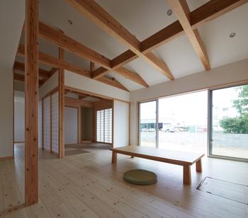 床座のリビングと和室が続き間になり、障子を開け放てば大空間が生まれる。食事も、食後の団らんも、勉強も、家族がここに集まり、自然に交流するコミュニケーション空間になっている