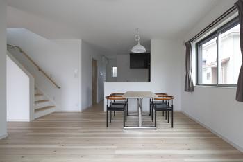 木肌フローリングと白い壁でスッキリつくったナチュラルインテリア。太陽の恵みを活かし、エコに暮らすスマートハウスによく似合う自然派デザインも実現する(施工例)