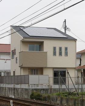 ロイヤルハウス独自の考え方に基づく真南片流れ屋根を採用。また、敷地形状に応じて自在に対応できる屋根デザインシステムで、小さな家でも大容量発電が可能に