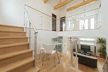 スキップフロアの階段は、複数箇所に分散される分、階段一箇所ごとの段数は少なくなり、階段転倒による大けがのリスクを軽減する