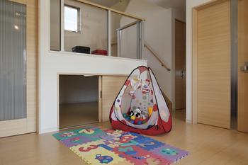 リビングと同じフロアにホームトランクがあれば、子どものオモチャやお遊びグッズも、まるで魔法のようにサッとしまえる