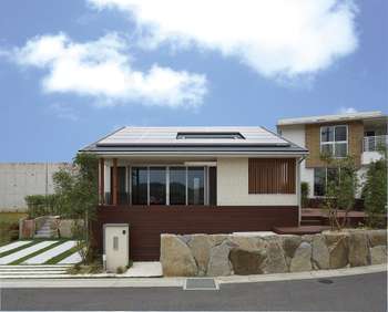 「グランドワン平屋の家」ふたりスタイル。外観は、タイル調の白いサイディングとシルバーサッシのシンプルな構成に、和テイストを加えた和モダンデザイン