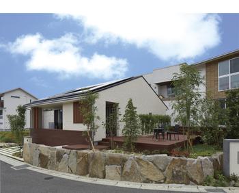 親世帯と子世帯が、それぞれのライフスタイルにあった家を別々に建てて、隣同士で暮らす。ロイヤルハウスでは縁デッキでゆるやかにつながる二世帯隣居という、新発想の二世帯住宅も提案