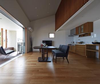 抜け感のある勾配天井とロフト側面の木調格子がつくり出すモダンリビング。こだわりの家具がよく似合う大人のインテリアデザインだ