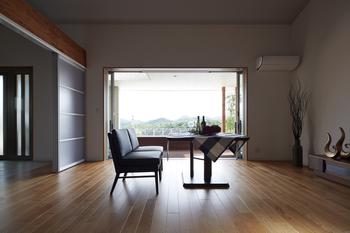 リビング南面の窓は3.5mのワイドサッシ。明るく風通しのいい住まいに