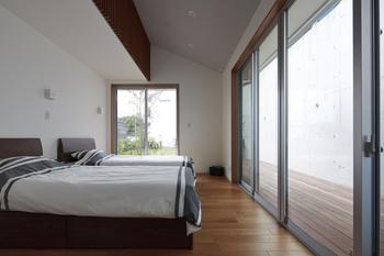 寝室も、ゆったりした勾配天井と大きな窓。外には木製デッキがあり開放的。また壁には夏の暑さを軽減する遮熱セラミック塗壁仕様もおすすめ