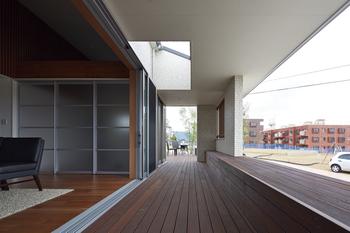 リビングの前には、2.85mの軒先を活かす縁側デッキ空間。真夏の太陽光は、深い軒の出でシャットアウト。冬の柔らかい陽射しは、幅3.5mの大きな窓からしっかり取り込むスマートデザイン