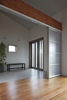 玄関は7.5m2の広々土間空間。玄関からリビング、寝室、そして浴室までフルフラットにつながるバリアフリーのすまい