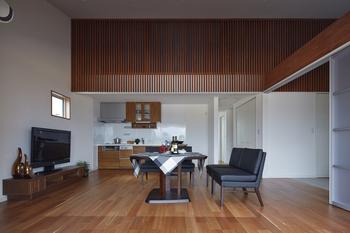 居室は全て開放感たっぷりの吹抜け勾配天井。家全体がゆるやかにつながり、限りある空間を広々と感じさせている