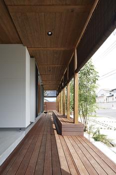 伝統的な日本の住まいは、畳の間や土間など、様々な用途に使える空間がしつらえられ、多様な生活の器として機能していた。骨の見える家は、日本の住まいの知恵を今に活かす、フレキシブルな空間活用術として広間をご提案。生活シーンやライフステージに応じて可変する、融通の効く住まい
