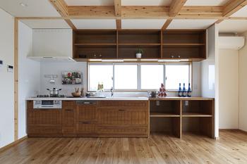 天井の梁を格子状に組み、その間をパネル化したことで、部分的な天井変更が可能。また方眼紙のマス目の様にわかりやすくグリッド化されたことで、一般の住宅よりも、間仕切りの追加や、家具・照明器具などのレイアウトが容易に