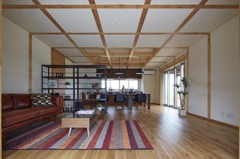 壁と同様に、天井も梁を「見える化」するとともに「グリッド化」。暮らしの変化に合わせて自在に間取り変更できる。また補修の際、広域の大規模な工事ではなく部分補修での対応が可能に。 さらに施主自身が「ここに壁や棚をつくれば今の暮らしに合った家になるな」と具体的にイメージしながら改装できるので、常に理想の形で住み続けられる