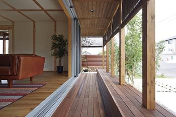 縁側空間をスケルトン化。屋根をかければカフェテラスに。簾(すだれ)を垂らせば、癒しの半戸外空間に。床を張ればバルコニーに。壁を設ければ部屋にもなるフレキシブルな空間