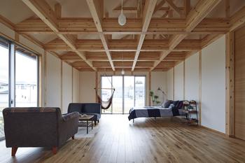 「骨の見える家」は、柱や梁を隠さず、いわゆる「骨の見える化」によって、家の透明性を高めている。また、壁・天井・床の骨組を一定間隔に配置する「グリッド化」によって、区画単位での空間構成が容易に。さらに、デザインをシンプルにすることで、家の可変性を高めている
