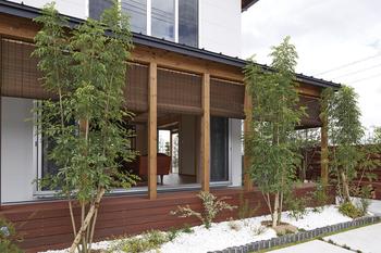 ウチと外の世界をつなぐ縁空間は、簾(すだれ)や屋根、植栽などの加減アイテムを使って、光・風・緑などの自然環境と程よく調和。季節や暮らし方に応じて、様々な楽しみ方が可能