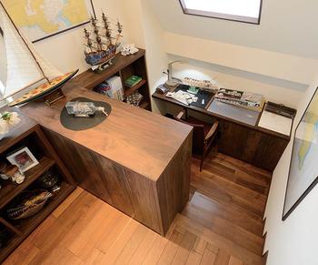 勾配天井の床を一部分下げることで、落ちついた居心地のいいスペースに。書斎やホビールームなどの創造空間として最適だ