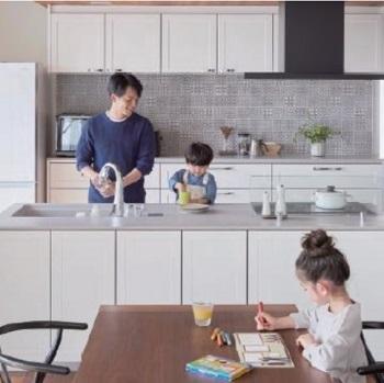 家族の協力~姿が見えるのがコツ~料理や後片付け、掃除など、協力しあうとラクになる、家事がしやすい環境をご提案。家事をしている姿が家族みんなに見えること。それが、家族の家事への協力を自然と促す秘訣です