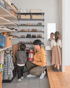 効率を考えた動線~毎日の家事をスムーズに。~効率よく作業ができるスムーズな家事動線は、家事の疲れも軽減してくれます。特に負担の大きい、調理と洗濯を中心に計画すると、家族みんなが使いやすく、自然と協力してくれるようになります。効率のよさに加え、買ったモノをしまいながら移動できたり、子どもが汚れて帰ってもすぐに洗面室で手が洗えたり、使い勝手にも配慮した多彩な動線計画をご提案しています