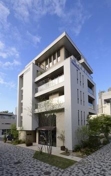 1・2階が店舗、3階が女性視点の賃貸住宅『Lacine(ラシーネ)』、4階以上が二世帯住宅という多層階住宅ならではの都市型ライフスタイル
