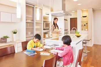お料理しながら子どもの宿題や遊びを見守れるキッチン。実際に、子どもが小さいうちは、親の目が届くダイニングテーブルが勉強の場になることが多いというデータも。動きやすいアイランドキッチンなら、家事のしやすさも魅力です。ダイニングテーブルを横付けすることで配膳もラクに。オープンだから家族みんなで料理したり、後片付けしたり。子ども達も楽しくお手伝いしてくれそうです