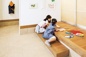 いろいろ使える楽しい玄関「DOMA+(プラス)」。日本伝統の土間や縁側を今のくらしに生かしました。時には子ども達の遊び場になったり、ママ友との交流の場になったり。わいわい楽しい時間が生まれます。ベビーカーや三輪車置き場としても便利。家族みんなの趣味スペースにもいいですね