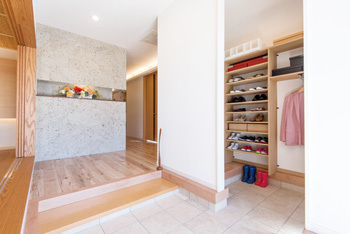 ウォークインタイプの玄関収納、シューズインクロークなら、わが家の顔である玄関をいつもすっきりキープできます。靴はもちろん、雨具やスポーツ用品など玄関に置いておきたいものをまとめて収納。きれいな玄関でいつでもお客さまをお迎えできます