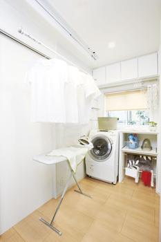 子どもがいると毎日の洗濯は大変。ランドリースペースがあればいつでも洗濯できて、夜でも雨の日でも花粉の季節でも気にせず干すことができます。キッチンと隣り合わせに設ければ、スムーズな動線で家事がさらに効率的に。忙しい奥さまの強い味方になります