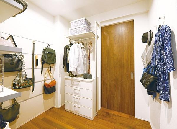 ついその辺に置いてしまいがちな部屋着やカバン。リビングの近くに収納量が豊富な「ファミリー収納」を設ければ、部屋が散らかって見えてしまうのを防いでくれます。取り込んだ洗濯物を畳むのはリビングでというご家庭も多く、畳んだ衣類の一時置き場としても活躍します