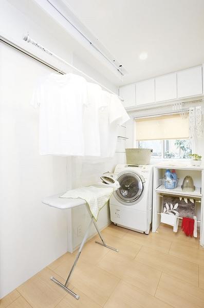 「家事楽ドライピット」は、洗濯から室内干しまで一連で作業ができる洗濯専用ルーム。生乾きのイヤなにおいを抑え一気に乾かせる空調設備を合わせて備えることで、雨の日や夜でも気にせずに洗濯をすることができ、お部屋の美観も損いません